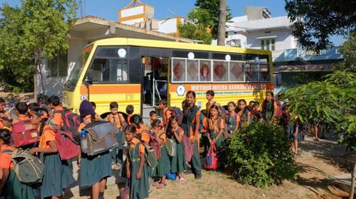 Arrivée des enfants en bus