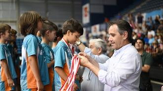 Juanjo Segura entregando medallas a los jóvenes deportistas.