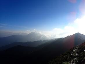 岩小屋沢岳(右)、中央左に鹿島槍ヶ岳