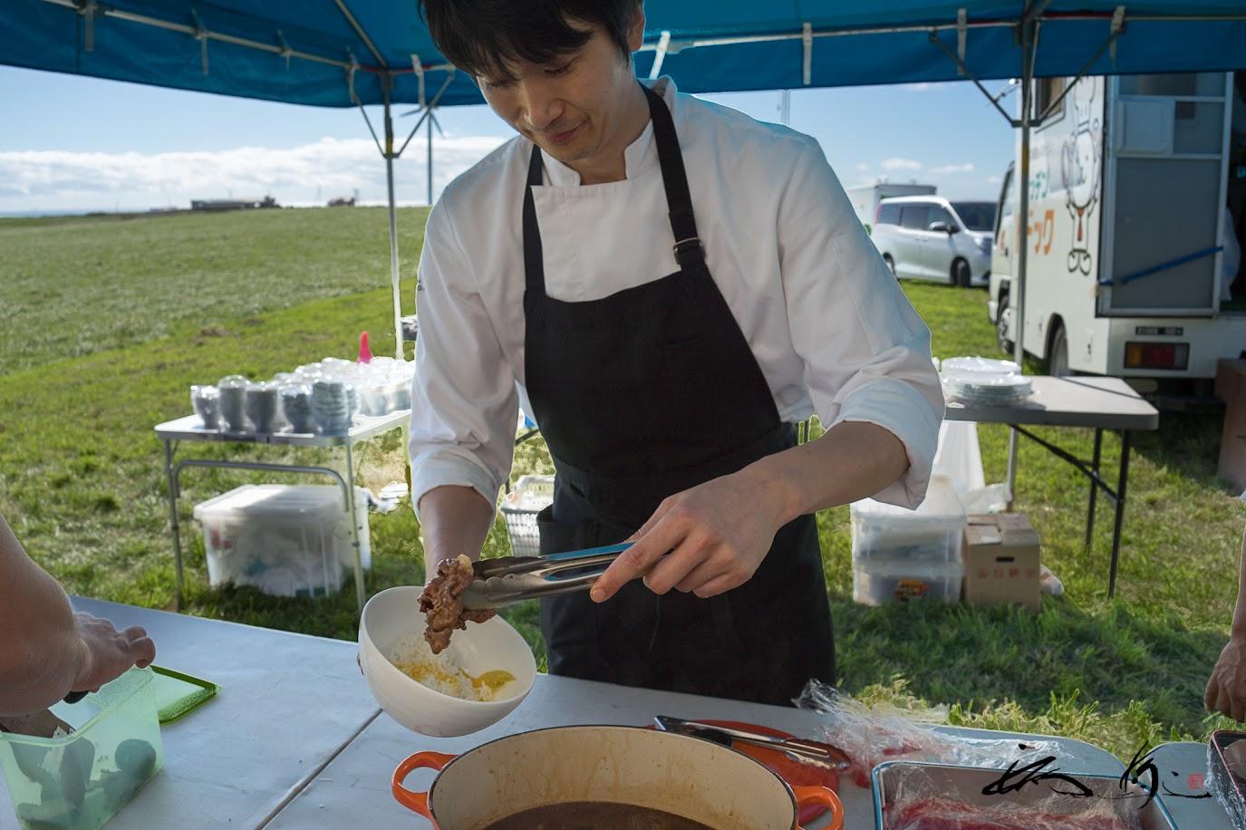すき焼きのたれの牛シャブは、塚田シェフがよそって。。。