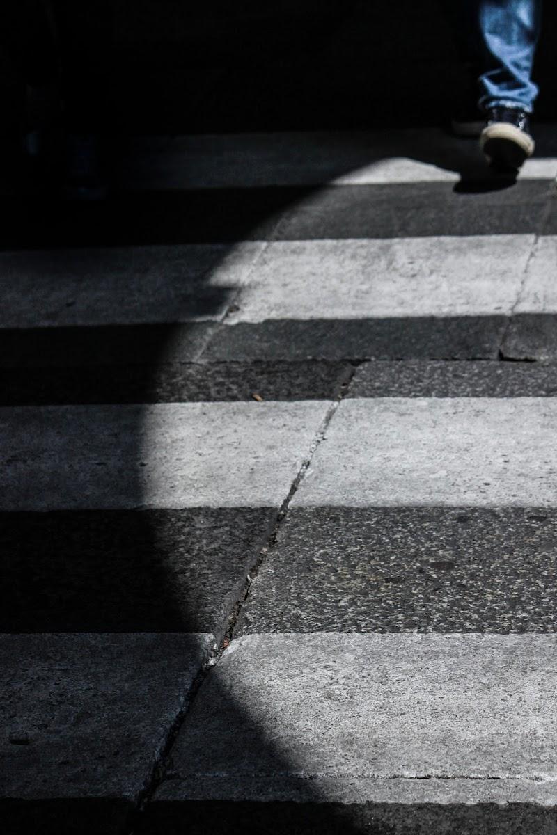 la luce del giorno si divide la piazza di D. Costantini