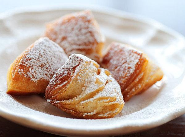 Dust generously with powdered sugar and serve immediately with praline sauce.