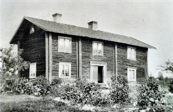 Photo: Vretstorp gamla huset, rivet på 1920-talet. Gården har varit i släktens ägor sedan 1835
