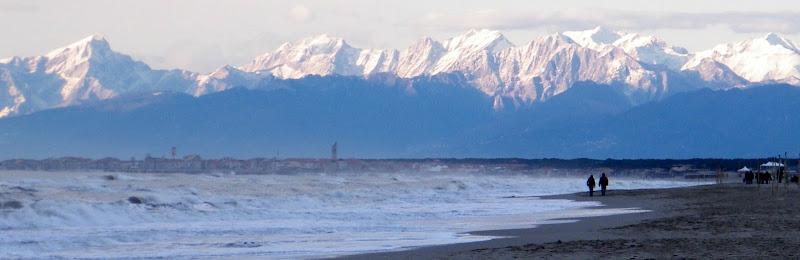 camminando sul litorale di tirrenia di pilotto