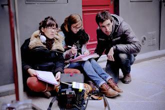 Photo: Stéphanie Varela, en compagnie de Chloé Luizard notre scripte et de moi même, en discussions sur les mouvements du Stead.