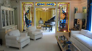 Photo: Elvis'in oturma odası ve piyanosu.