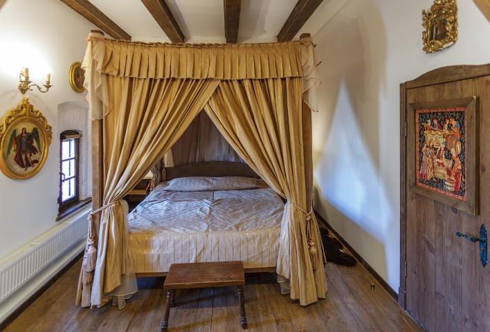 Королевская кровать в замке