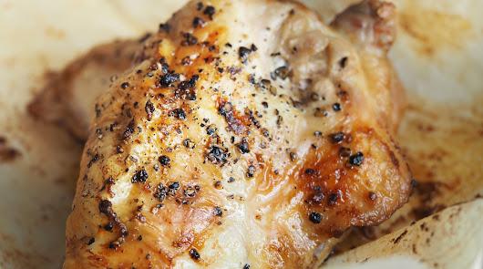Pollo al horno con cebolla, pimiento y brócoli: receta sana para dos personas