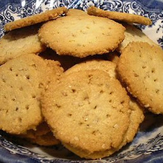 BUTTERY SESAME CRACKERS