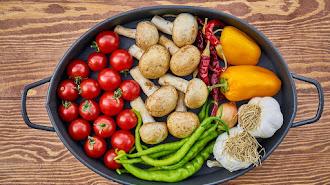 Frutas y verduras no pueden faltar en tu menú diario.
