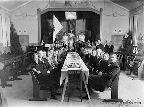 Photo: Nykterhetsmöte i Vasselhyttan bygdegård omkring 1930. Som andra folkrörelser har godtemplarrörelsen på många sätt spelat en viktig roll för sina medlemmar. Inom ordern var man bröder och systrar långt innan de demokratiska ideerna slagit rot i det svenska samhället. Det var en skola i demokrati och mötesteknik. Det var i Iogena man hade sina vänner och det var ofta där man mötte kärleken. Det var också ofta Iogena som ordnade de enda nöjena på mindre orter, med bland annat teater, danstillställningar och senare biografverksamhet. Även Godtemplarna hade sina möten i bygdegården.