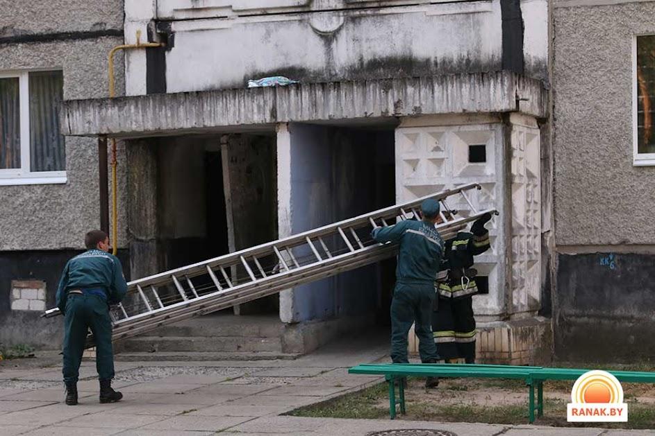 В светлогорске пенсионерка упала с балкона на козырек подъез.