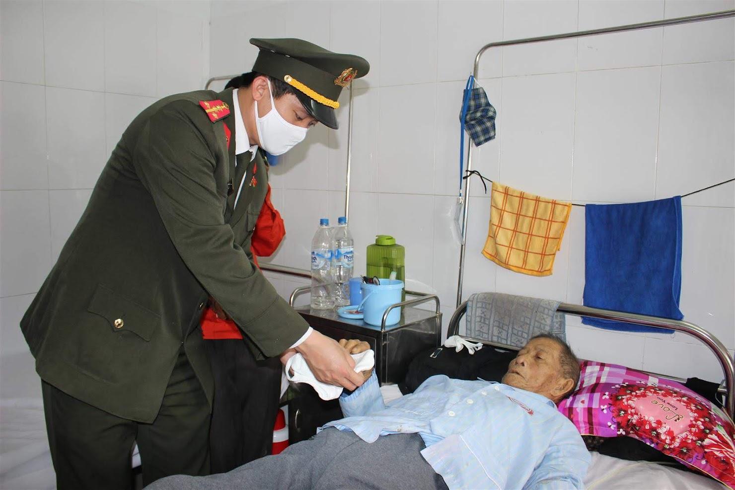 Đến tận giường bệnh để phát khẩu trang cho bệnh nhân