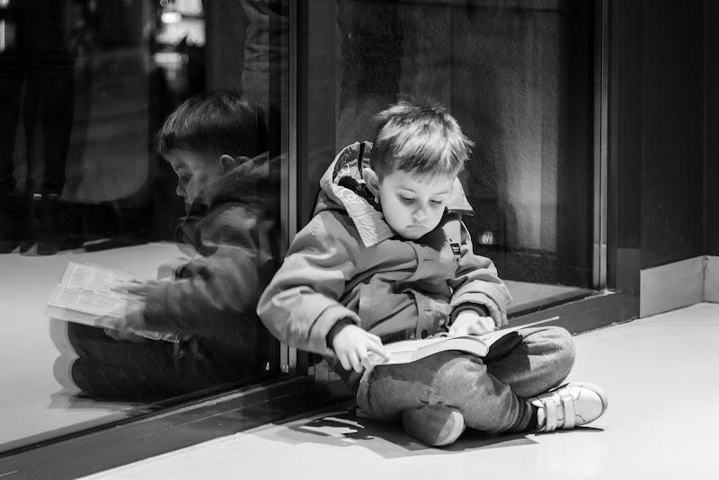 Il piccolo lettore e il suo riflesso di Concetta Caracciolo