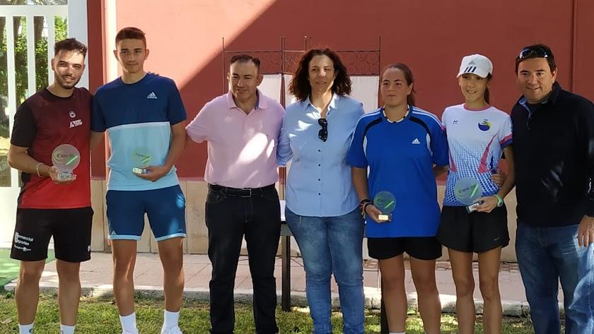 Los ganadores posan con sus trofeos.
