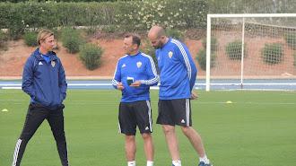 Guti habla con sus ayudantes en un entrenamiento en el campo Anexo.