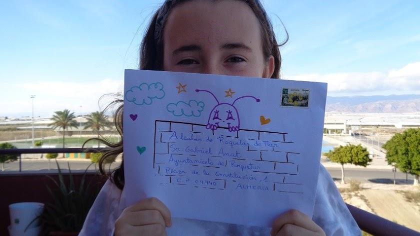 María Cuesta del CEIP. Las Marinas en Roquetas de Mar, muestra la carta enviada al alcalde.