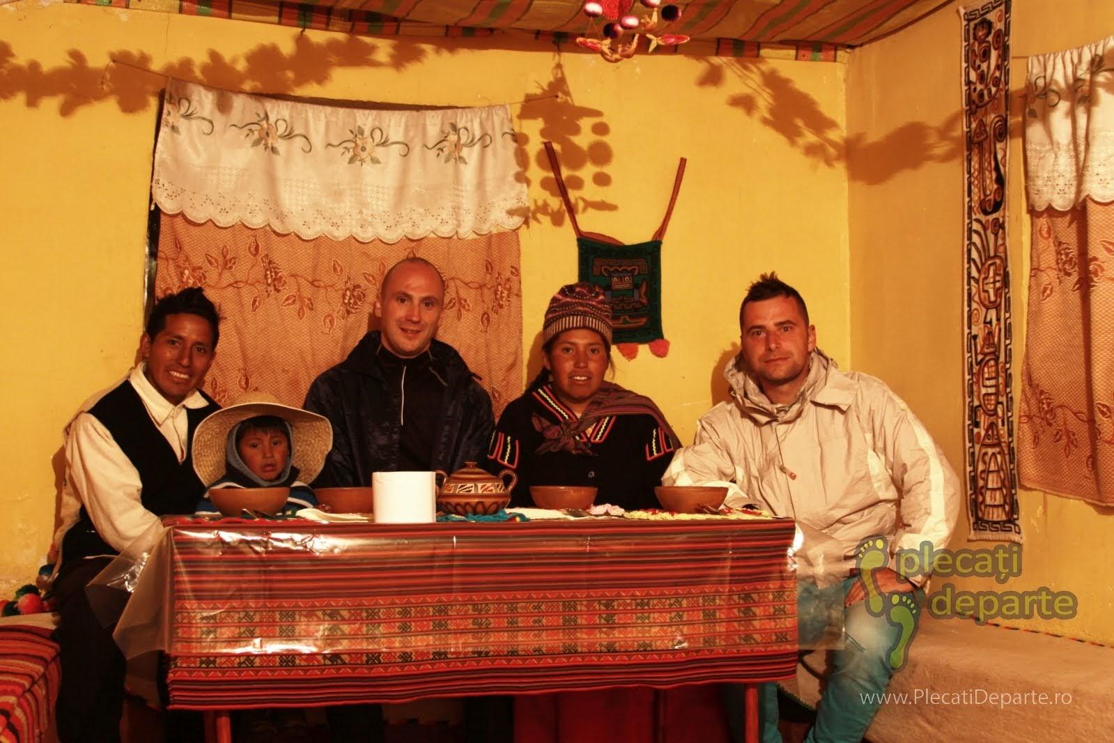 In casa cu familia la care am stat in gazda in Laquina Chico, pe malul Lacului Titicaca, la 4000m