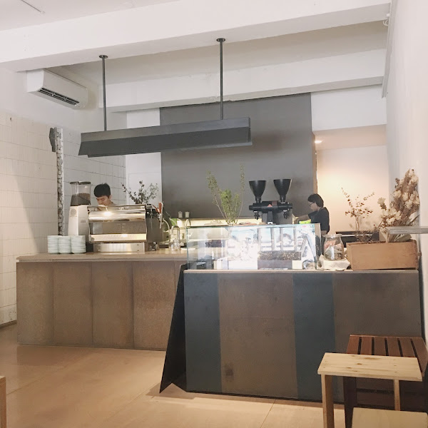 隱藏版的咖啡店☕️ 沒有明顯的招牌,沒有華麗的裝潢。 一家極簡風格的店。 除了幾瓶花花草草以外什麼都沒有, 連基本要有的沙發還是桌子也沒有。 很安靜,除了慢調的音樂, 只剩下香草拿鐵和提拉米蘇。 足夠