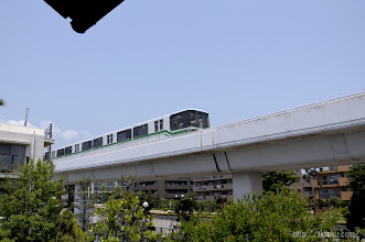 Photo: 倚松庵の真横を走る六甲ライナー。