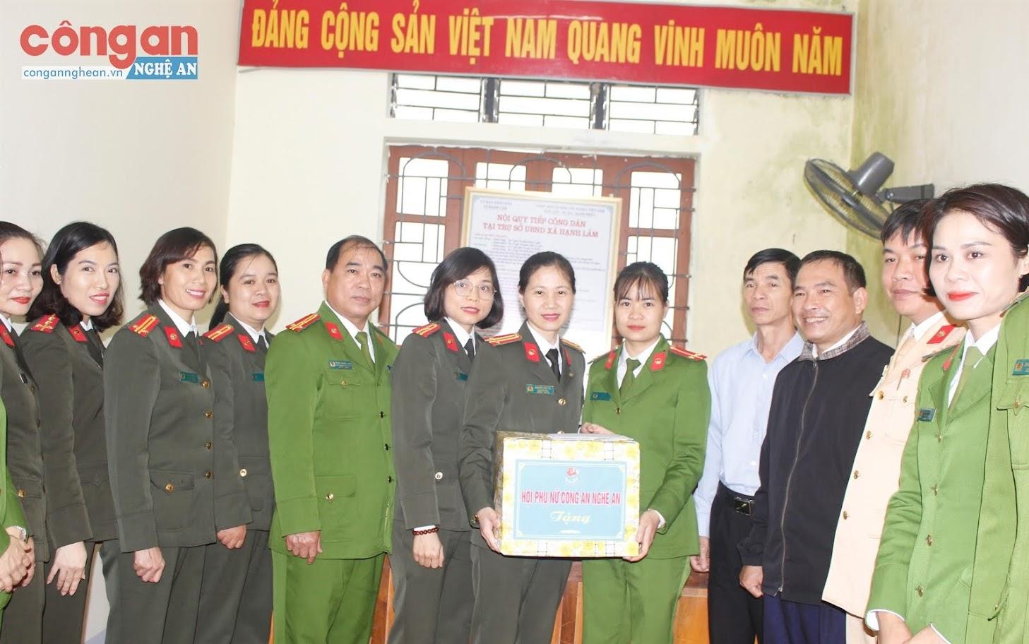 Hội Phụ nữ Công an tỉnh tặng quà cho Trung uý Lê Na, Công an viên  xã Hạnh Lâm, huyện Thanh Chương