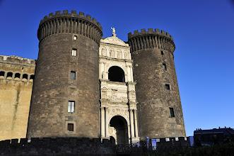 Photo: Encore un héritage angevin, le Castel Nuovo fut érigé en 5 ans à peine. Le curieux arc de triomphe en marbre blanc de style romain fut ajouté en 1443 par Alphonse V d'Aragon. Ce fort massif sert à protéger le port.
