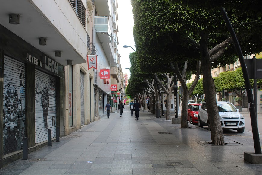 Público saliendo del supermercado de Carrefour Market del Paseo de Almería.