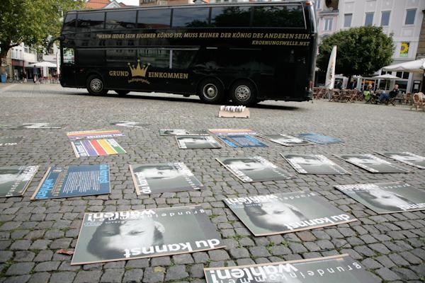 Photo: Krönungswelle in Braunschweig, wo der parteiunabhängige Direktkandidat Frank Thomas für die Erstimme im Bundestagswahlkampf wirbt.