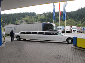 Photo: Rou5Ins422-151004arrivée voiture super longue, VatraDornei, arrêt TK, station service IMG_9189
