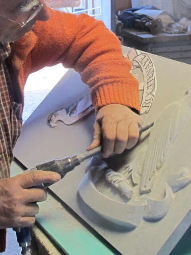 Sculpture au ciseau d'un oiseau de proie