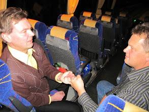 Photo: Paluumatkalla leikkimielinen (?) sormikoukunveto. Miehet tasavahvoja, ei voittoa kummallekaan.