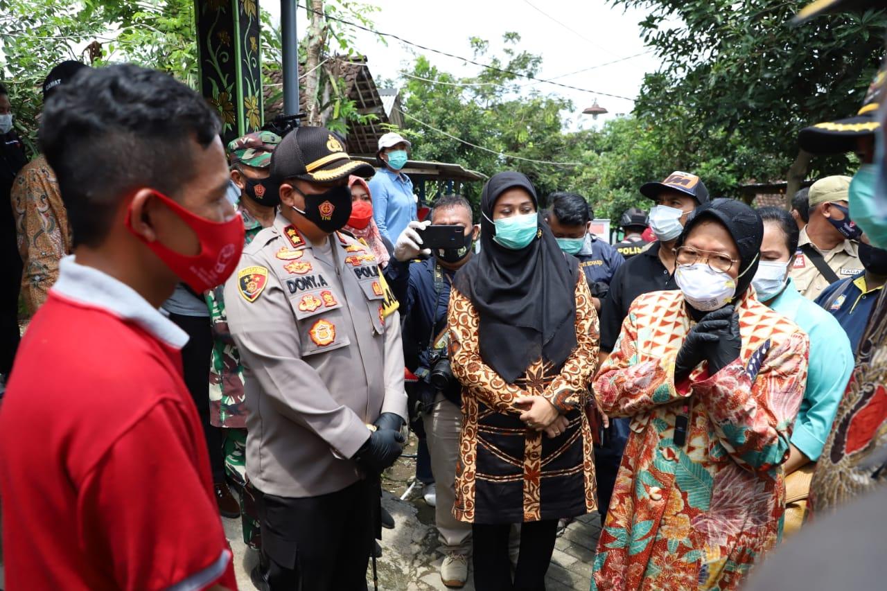 Mensos RI Didampingi Kapolres Mojokerto Berserta Forkompimda Berikan Bansos Kepada Penderita Kusta di Simberglagah Pacet