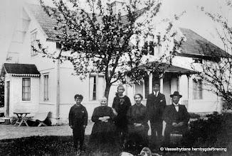 Photo: Karlslund 1913. Fr v Gunnar, Hedvig, Elsa, Hilda, Henning, Ernst Andersson kom till gården 1911 från Allmänningbo
