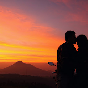 Romantic in Sunset by Adrianto Mahendra II - People Couples