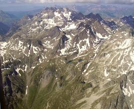 Photo: Haute vallée du Marcadau: vision aérienne sur les crêtes frontaliére avec l'Espagne jusqu'à la Grande Fache 3006 m. En arriére plan vue générale sur les pics de l'Enfer (3082m) en Espagne.