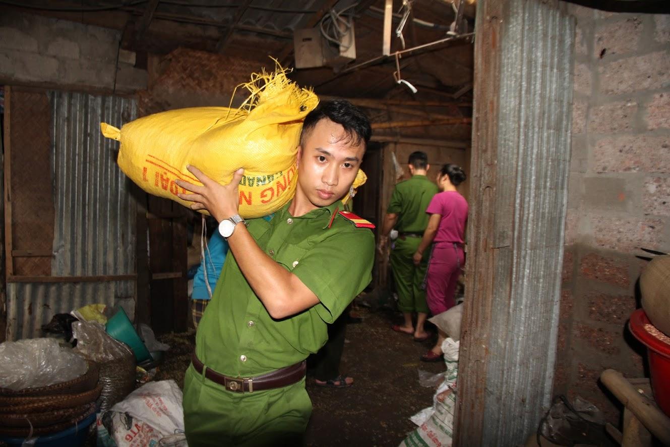 Chiến sỹ trẻ giúp dân khuôn vác hàng hóa (ảnh: Mạnh Cường)