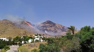 Las llamas junto a cortijos de Las Negras, en el incendio del 21 de julio. Foto de Fer Cruz