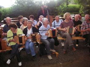 Photo: Konzert im Freien vor der Hütte