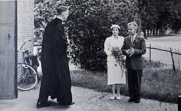 Photo: Ds. Van Wezep verwelkomt het bruidspaar Giny en Leo Hoffland-Knoop