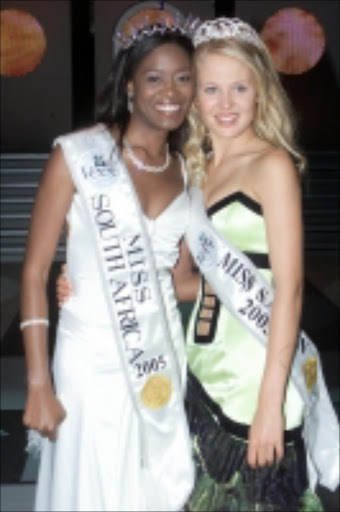 Nokuthula Sithole Miss South africa 2005/06 crowned on the 10th December 2005 with Bertha Marie le Roux Miss Teen South Africa 2005/06. Pic: Elvis Ntombela, 10/12/2006. © Sowetan