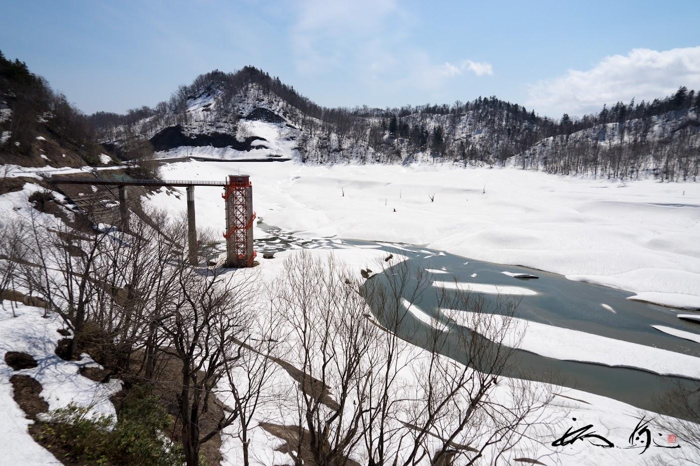 雪が残る恵岱別ダム