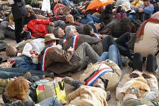 """Photo: Rassemblement de Vallon Pont d'Arc le 20 décembre 2011, """"Santé et Gaz de Schiste"""" à la même heure que la visite de M. Sarkozy à la maison médicale des Vans. 12h : mort subite...  - © Olivier Sébart"""