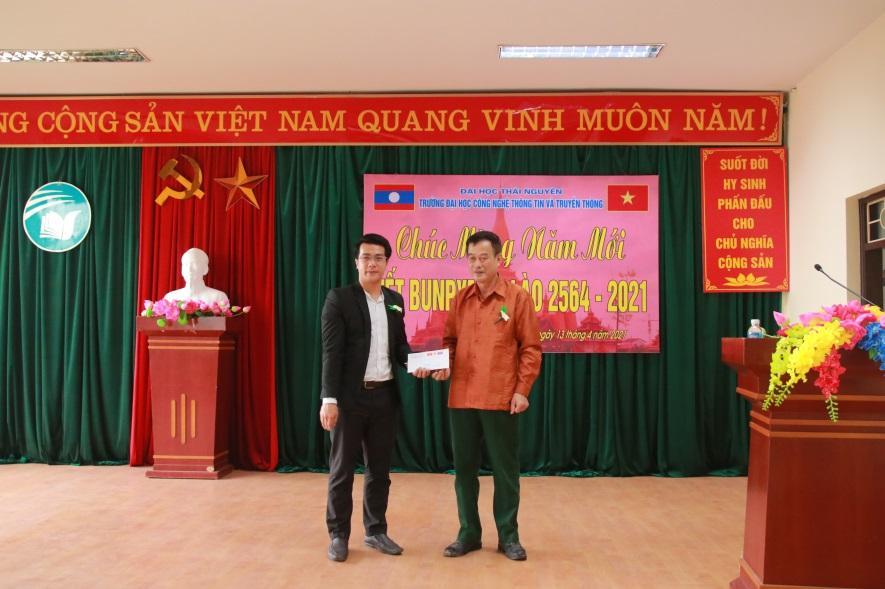 Đồng chí Dương Mạnh Việt tặng quà cho đại diện LHS Lào.