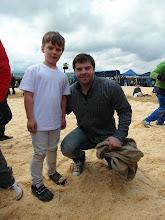 Photo: Gabriel avec le hockeyeur gardien étoile des dragons Benjamin Conz