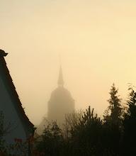 Photo: Der Garten im Morgennebel: Blick auf die Kirche St. Katharinen