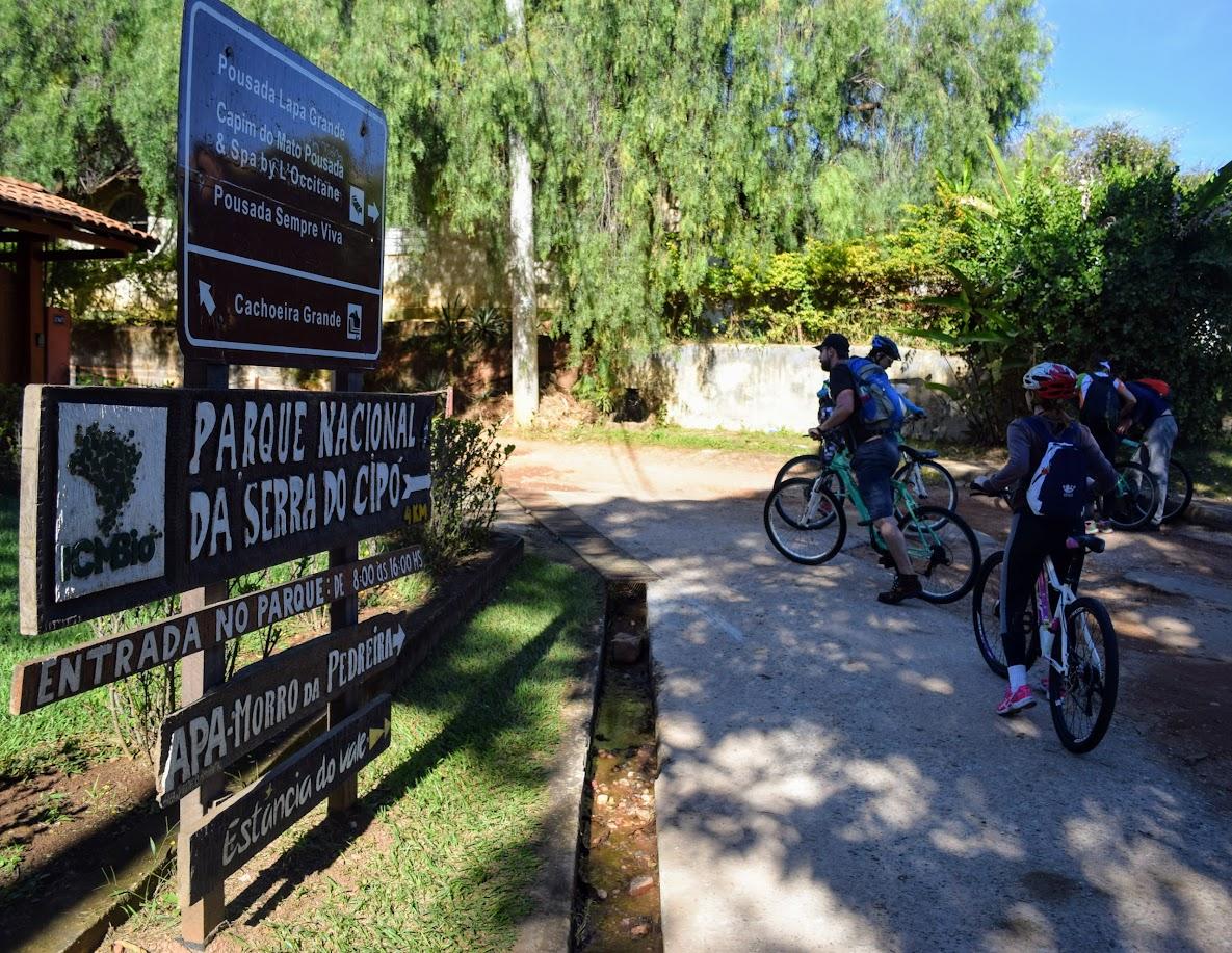 Placas na beirada da rodovia MG-010 indicando o caminho para a Portaria Areias do Parnacipó
