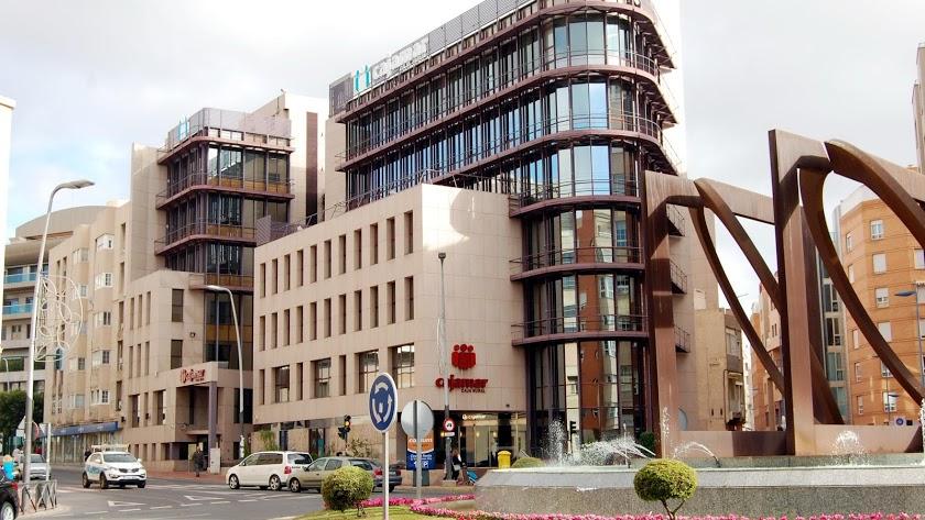 La plaza donde se encuentra la sede de Cajamar pasa a llevar el nombre de su fundador.