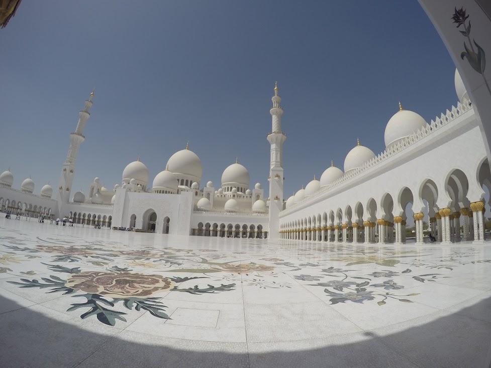 Вътрешният двор на джамията