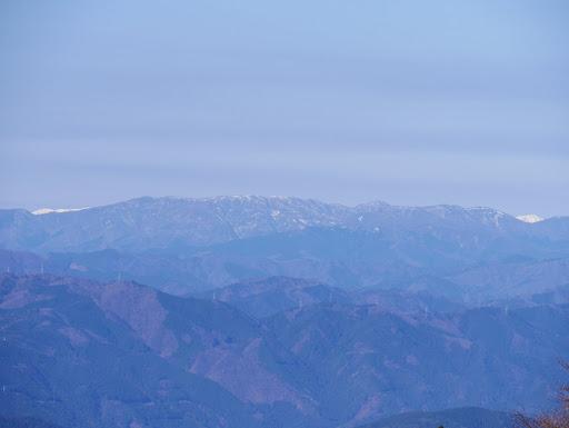 奥に鷲ヶ岳・烏帽子岳(右の白いのは丸山、左は野伏ヶ岳)