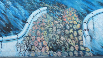 "Photo: East Side Gallery; Kani Alavi ""Es geschah im November """